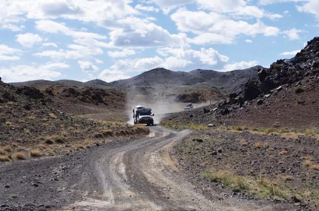 Aizkavēšanās Ulgii, makšķerēšana Hyarga nuur ezerā, auto remontu sērija, ievads Gobi tuksnesī.