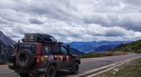 Ceļš uz Tibetas galvaspilsētu Lhasu, neskaitāmās kontroles un satiksmes regulēšana.